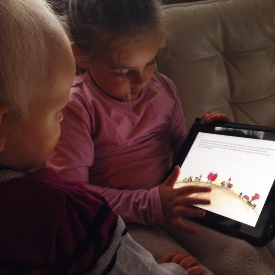 Nadat we gekleurd, voorgelezen, gespeeld en weet ik veel wat hadden gedaan, lazen de meiden zichzelf voor met de app Heksje en Willem. Fijn. Tijd voor koffie :)