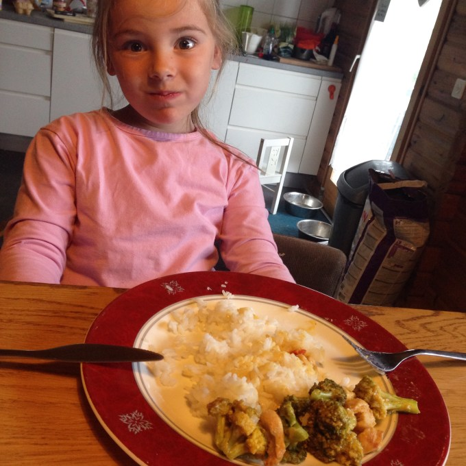 Voor het eerst het eten van de avond ervoor in de koelkast gedaan. Eva maakte donderdagavond zo'n stampij dat ze niet wilde eten, dat we er even klaar mee waren. Vrijdagmiddag at ze haar bordje zonder problemen leeg en ook vrijdagavond ging haar bordje leger dan leeg. Punt.