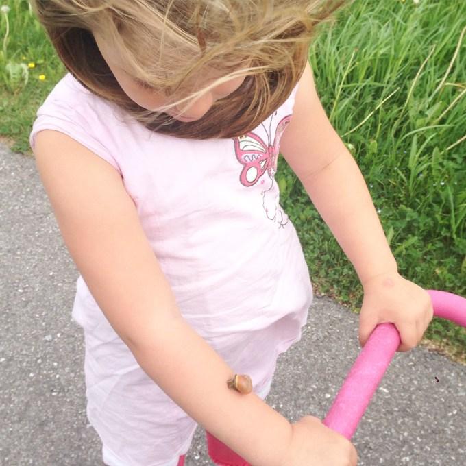 Dinsdag waait het, alles waait weg door de Fohn. Toen ik een foto hiervan wilde maken, zag ik dat Eva een mooi accessoire op haar arm had zitten!