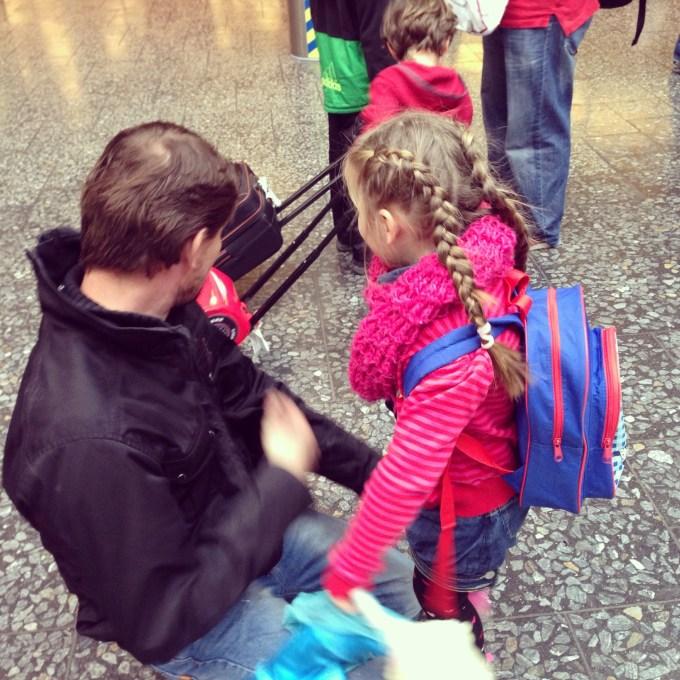 Dag papa, maar Eva had meer oog voor de mooie cars-koffer van een ander kindje.