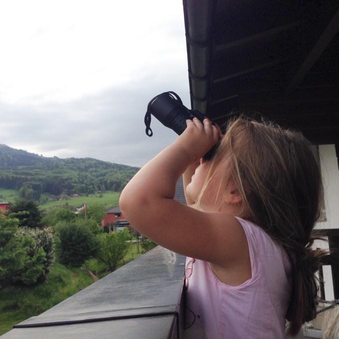 Aan het einde van de dag begint het weer te betrekken en probeert Eva roofvogels te spotten met haar 'verderkijker'