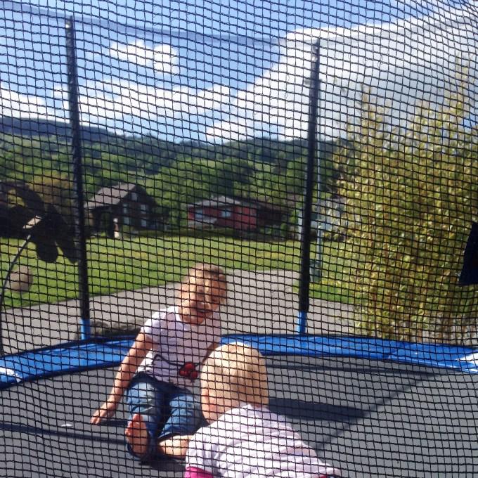 Donderdagmiddag gaan we in de buurt koffie drinken. Liza klom steeds de trampoline op!
