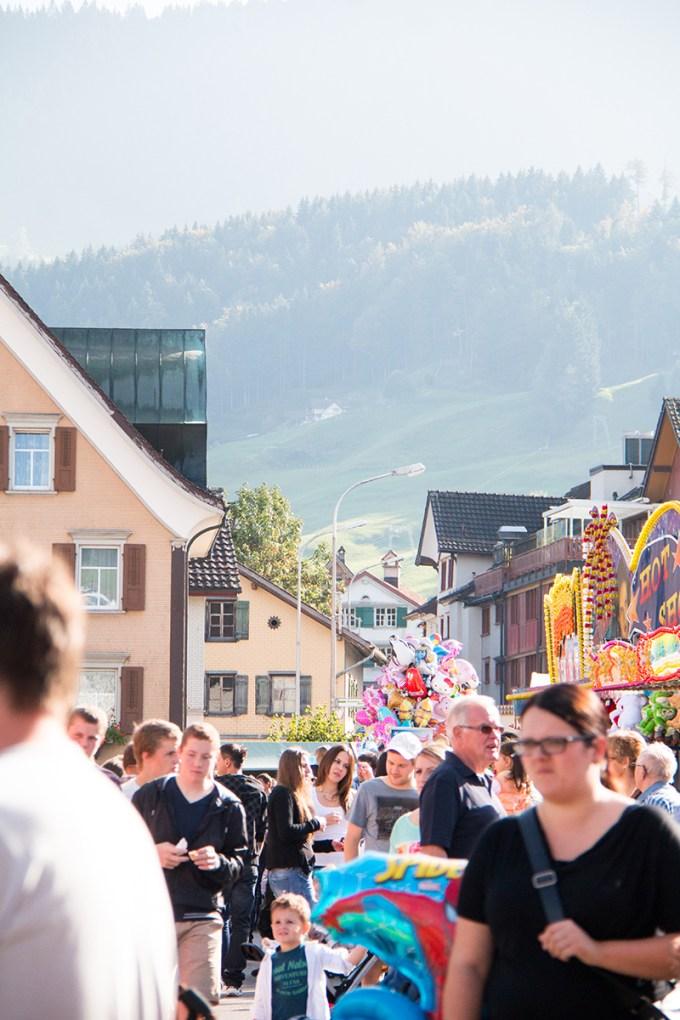 Zondagmiddag gingen we naar Appenzell. We vonden er niet veel aan, het was ook druk. De reden; een kermis!