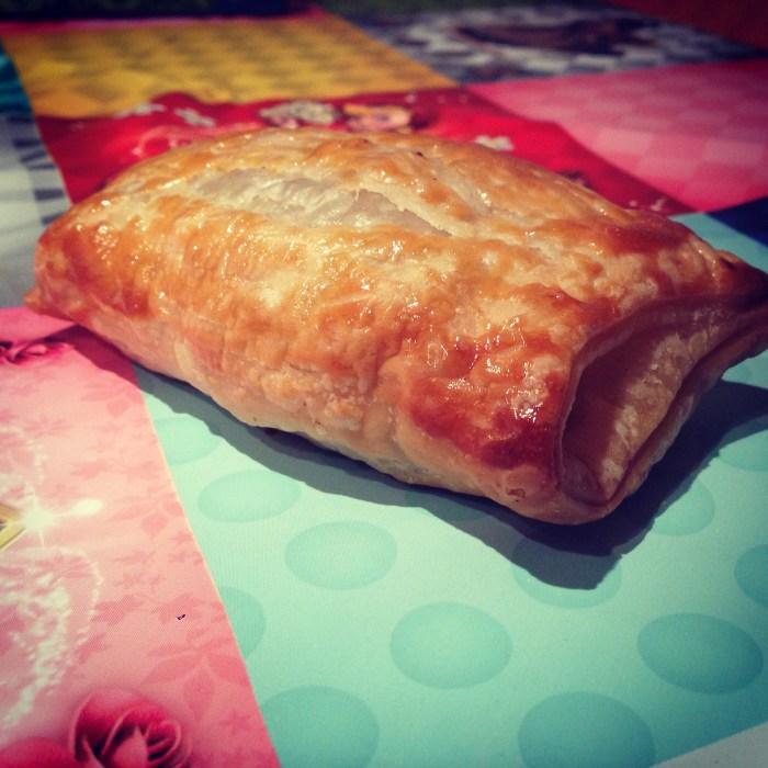 En terwijl ik mijn frustraties een beetje weg blog, maakte mijn vader zelf sauzcijzenbroodjes. Ik mocht proeven!