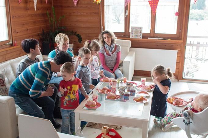 Visite van de buurtjes! Een gezellig clubje zo bij elkaar. Ze kreeg keileuke cadeautjes!
