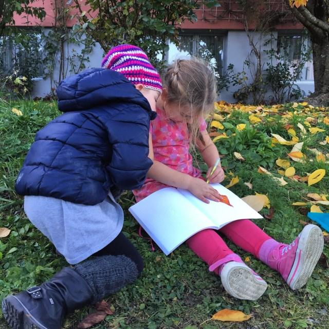 Haar vriendinnetje komt nog langs en samen schrijven en rekenen ze wat in haar boekje. Lieve meiden.