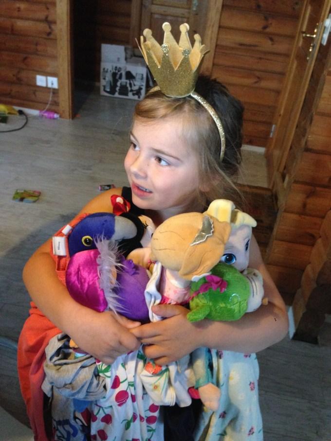Dinsdag kwam Eva aangekleed en wel naar boven en ze had al haar knuffels (baby's_) Ook gelijk aangekleed met haar kleren.