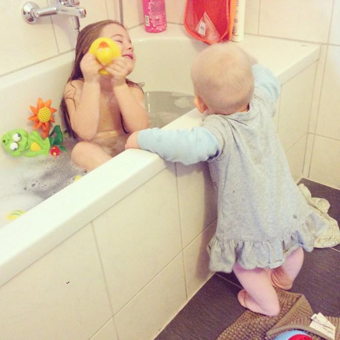 En eenmaal aangekleed blijft Liza lekker bij Eva in de badkamer. Het is ook zo gezellig om bij je zus te zijn.