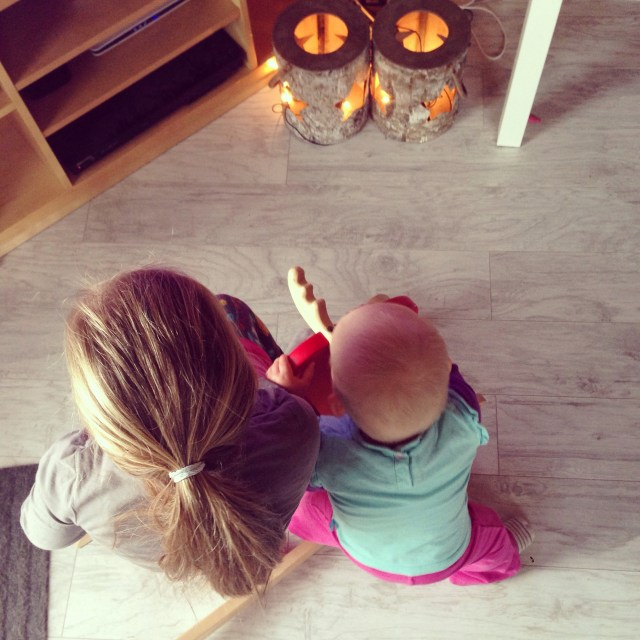 Eva zit het liefste in de televisie en Liza knabbelt het liefste op haar eland. Zo is het goed opgelost.