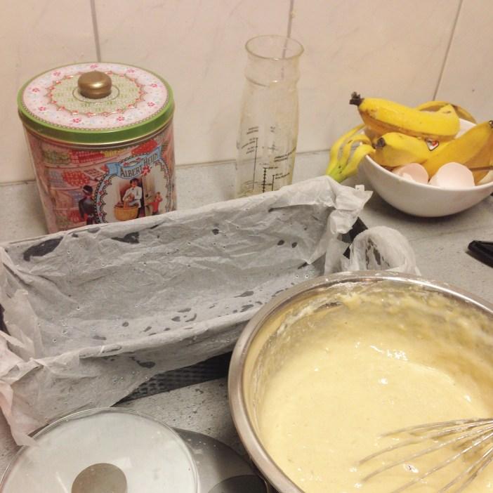 Ahhh... We zijn weer iets bij. Dit was zaterdagavond. Ik maakte bananenbrood naar recept van Rens Kroes, alleen dan met gewoon meel en suiker :)