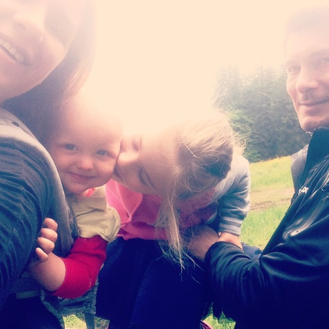 Zondagochtend begon ik met een rondje rennen en daarna liepen we de berg op. Een familiefoto maken met Liza op je rug is nog niet zo makkelijk. Wel een leuke foto zo geworden