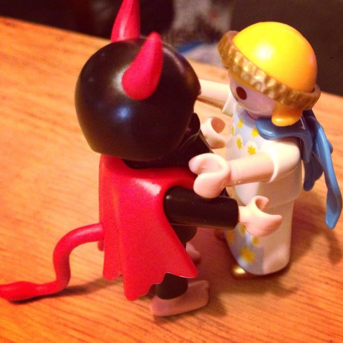 Omdat we ook nog naar 4 speelgoedwinkels moesten (voor kerstcadeautjes) en Eva echt superlief was, mocht ze van mij playmobil uitzoeken. Dit is de kerstengel met Krampus, lekkere combi!