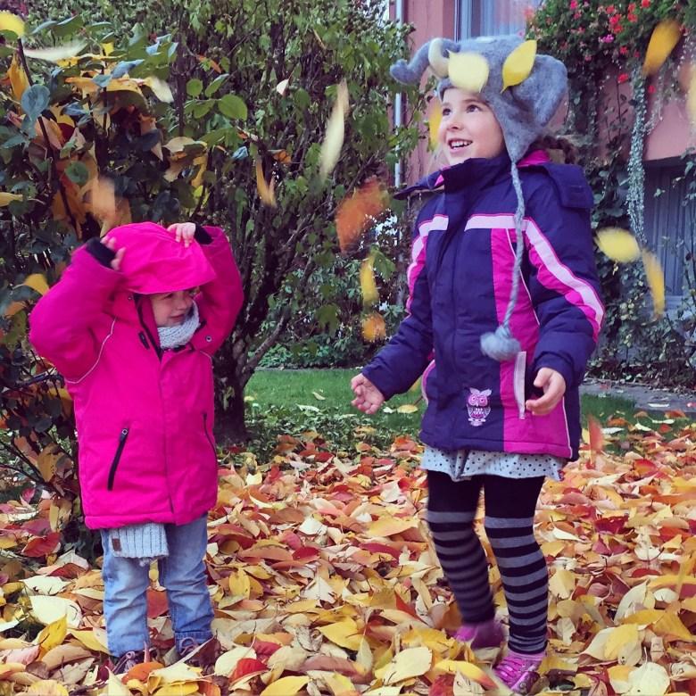 's Middags is het nog koud, maar laat ik de kids toch nog eventjes uit. Bij de buren onder de boom!