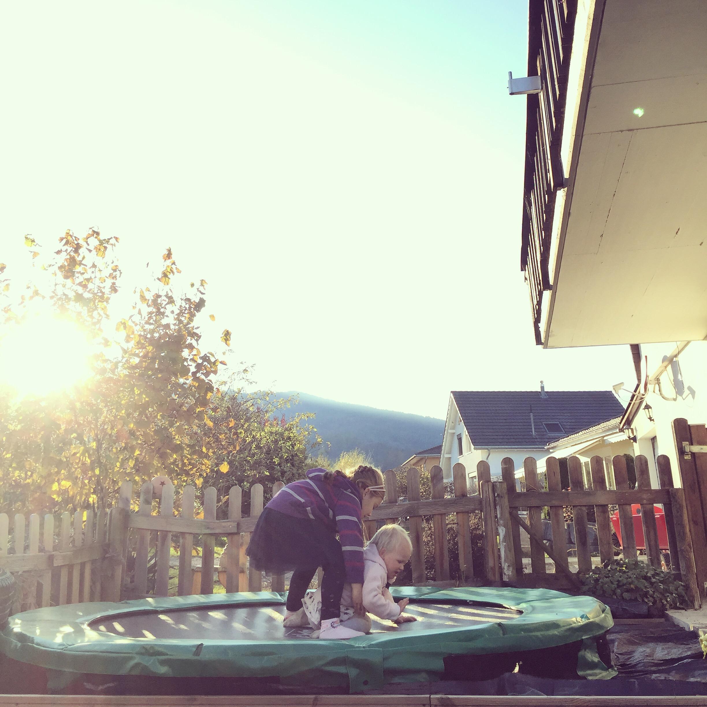 Naar buiten voordat de zon achter de berg verdwijnt (half vier nu)