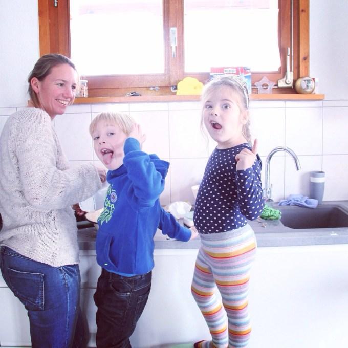 Kim en de kinderen maken oliebollenbeslag!