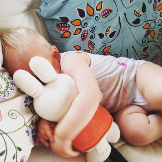 Liza was aan het einde van de dag zo kapot dat ze bijna op de bank in slaap viel. Bijna. Ze is trouwens ineens van de knuffels meeslepen. Echt grappig!