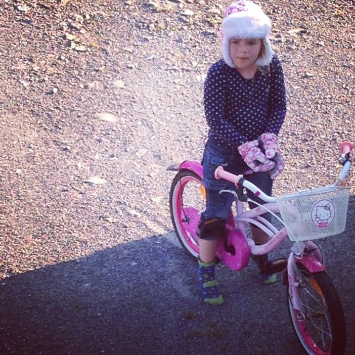Muts aan, wanten aan, sokken op de fiets... Dertig graden en Eva fietst zo weg. De druif Helaas fietste ze ook zomaar naar de speeltuin, dus ze had heel wat uit te leggen toen ze thuis kwam.