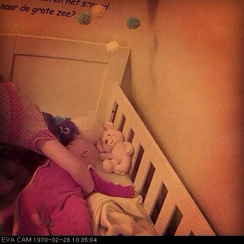Vrijdagochtend was Liza weer vroeg. Sinds ze potjes erbij krijgt is het echt weer zoeken naar een nieuw ritme. Ik vind dat ik nog niet mag klagen hoor. Ze ligt er veelal voor half 8 in 's avonds en ik hoor haar dan rond 6 uur pas weer. Eva besloot om 7 uur dat Liza wel wakker mocht worden. Het licht werd aangeknald en ze dook boven haar bedje. Ergens was ik pissig, maar ze maakte haar zo lief wakker...Het was echt heel leuk om naar te luisteren.  En het was tenslotte ook al 7 uur, mooie tijd toch?!