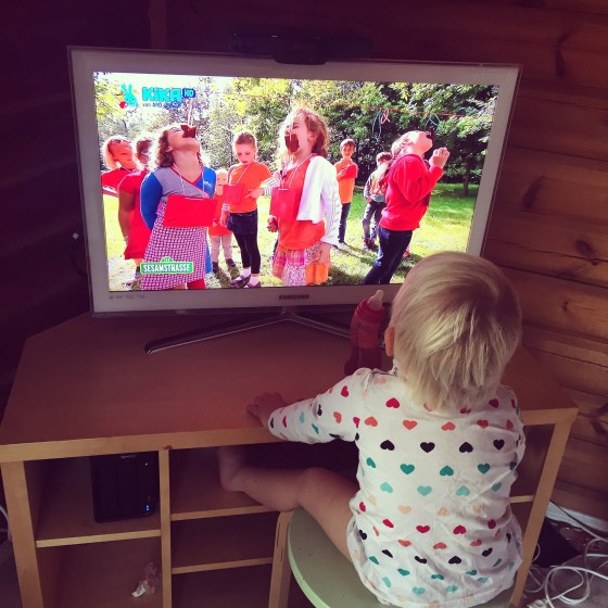 Op Sesamstraat, wat haar nooit boeit, doen ze Hollandse spelletjes, Liza is geboeid!