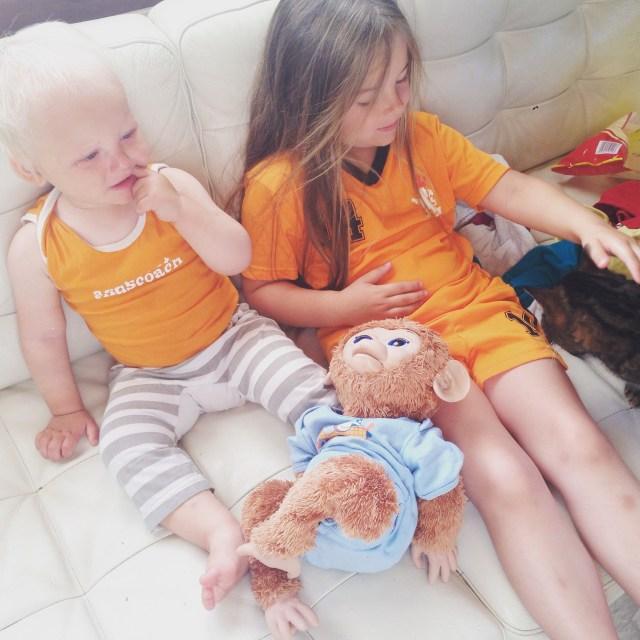 Liza kreeg na het bad zaterdag deze oranje romper aan. Eva dacht gelijk dat het weer voetballen was en trok haar tenue ook aan op zondagochtend.