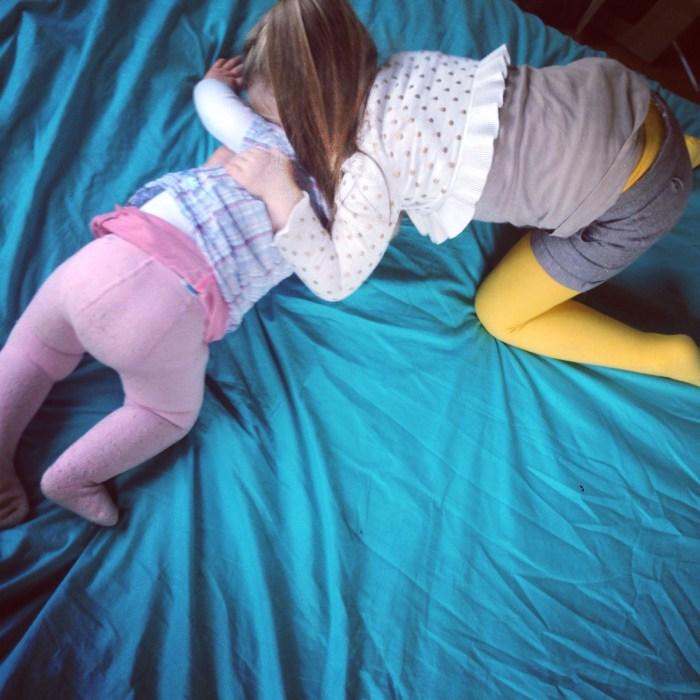 Maandagochtend: lekker knuffelen met de dames op ons bed!