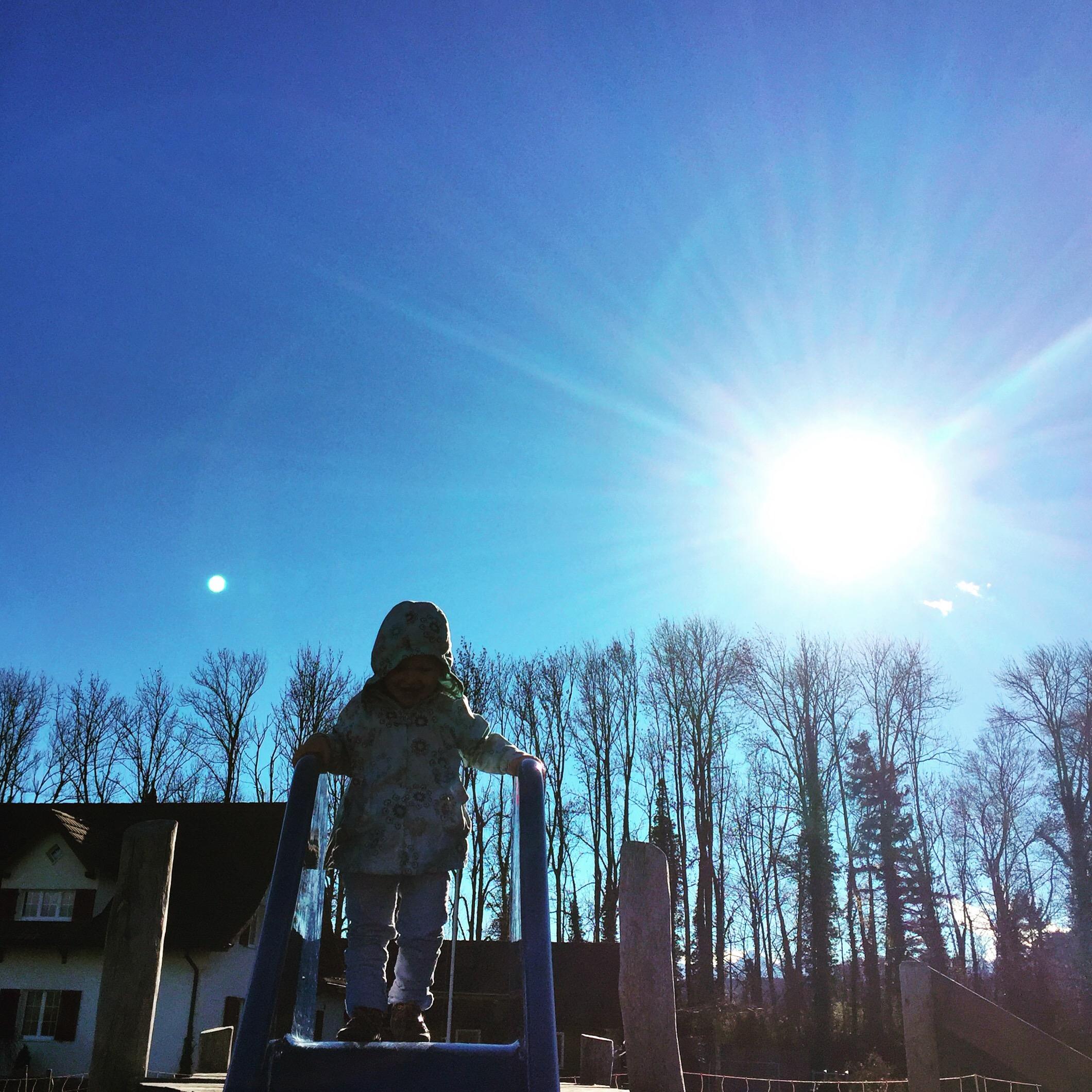 Wanneer ik Eva weer op school heb afgezet, ga ik even uitwaaien met Liza in de speeltuin.