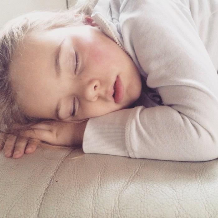 Slaap zacht. Ze is moe 's middags, ze ziet wit en heeft toch wel wat spanning voordat opa en oma komen.