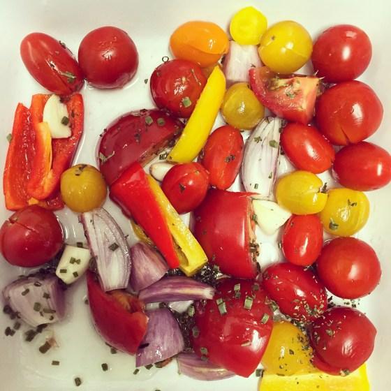 Floris vraagt om witte bonen in tomatensaus te eten. Ik maak voor mezelf een heerlijke tomatensoep uit de oven.