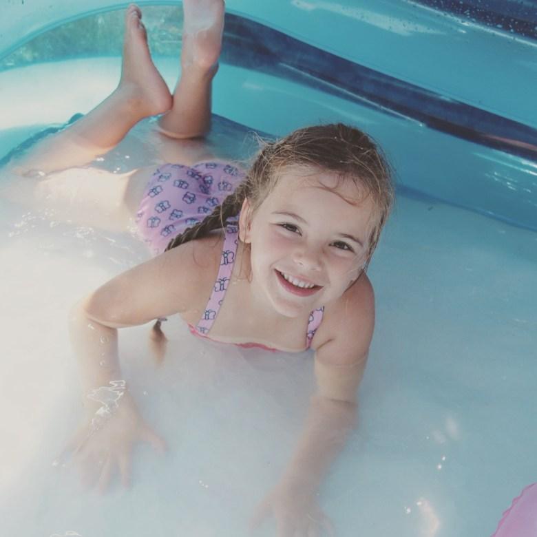 's Middags duiken we toch zwembad in!