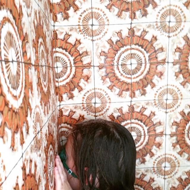 Op maandag wilde Eva graag onder de douche en ik showde op Instagram onze fantastische wanden van de badkamer/washok. Gelukkig hebben we boven wel een normale badkamer. Dit zijn trouwens geen tegels, maar het is iets van vinylbehang dat tegen de wanden is geplakt. Retro is weer helemaal hip toch? :)