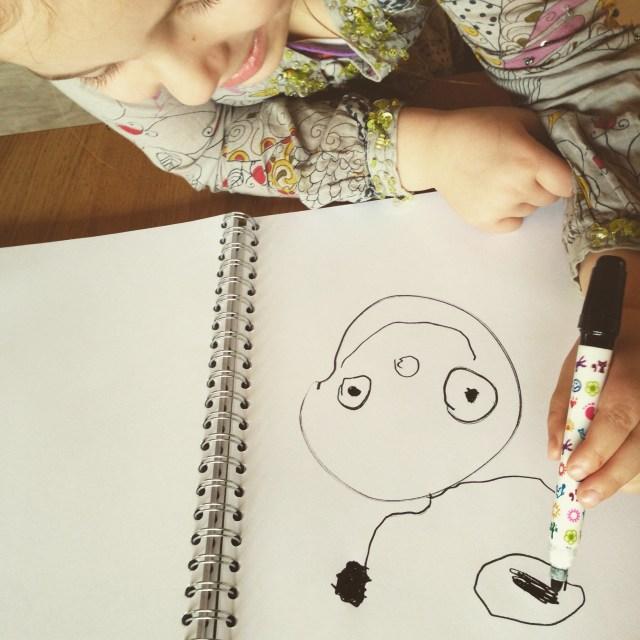 Omdat haar vriendinnetje heel lang haar papa moet missen, tekende Eva een mooi poppetje voor haar