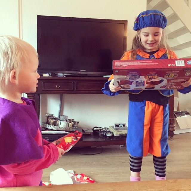 's Ochtends krijgen ze al wat cadeautjes, om 's avonds de buit niet zo heel groot te maken voor de andere kindjes.