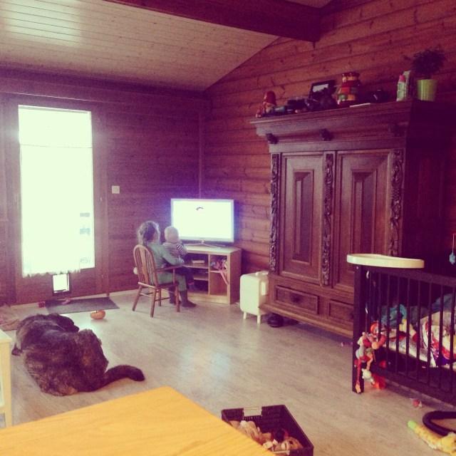 Eva mag 's ochtends wat meer tv kijken (het is toch veel te koud om buiten te spelen en de hele dag binnen is zo belabberd), het liefste zit ze er dan zo bij :) In de tv met zus op haar schoot. Ze kijkt dan trouwens de Duitse NICK JR, ook goed voor mijn eigen woordenschat!