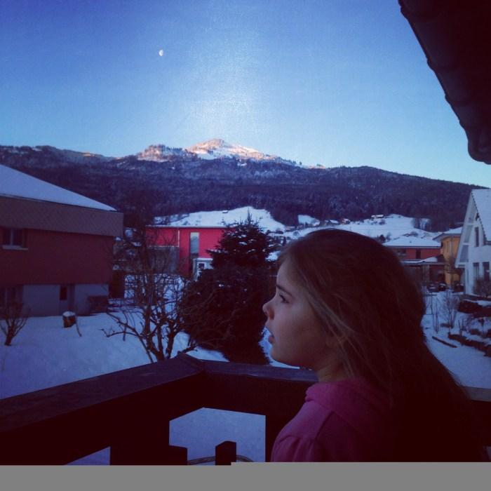 Het topje van de berg wordt mooi verlicht met de maan er nog naast.