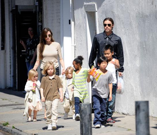 Als vader van Maddox, Zahara, Shiloh, Pax, Knox & Vivienne is Brad wel eeen superpapa te noemen