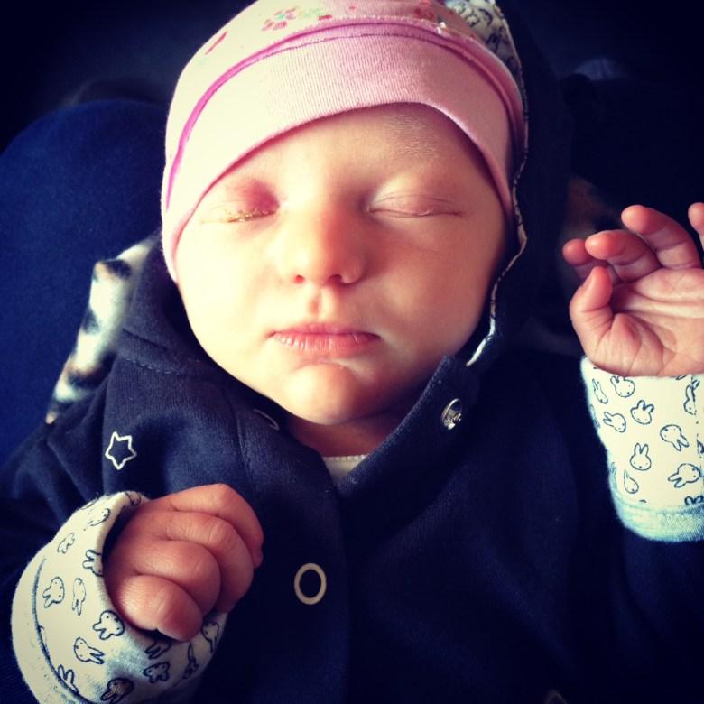 Zo klein dat ze het poppenmutsje van Eva's pop droeg <3
