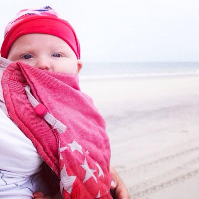 Liza heb ik mee in de draagzak. Het babymutsje is krap, maar nodig in de snijdende wind.