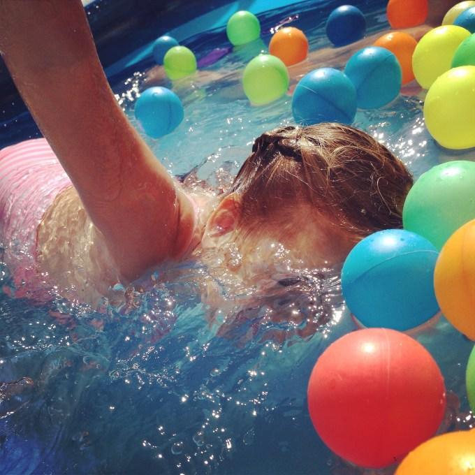Met ons in het zwembad mocht Eva haar trucjes laten zien. Hier zwemt ze onder water met 1 hand in de lucht...
