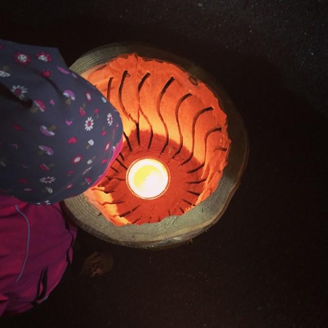 Nadat ik voor een tweede keer terug ben gegaan naar de bouwmarkt, hadden we nog niet genoeg lampjes voor die enorme boom. 's Avonds was de bouwmarkt ook open, inclusief een soort van kerstmarkt. Deze lantaarn vonden we allemaal heel mooi (en heel duur!)