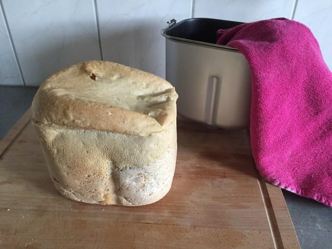 Eenmaal thuis bleek mijn brood nu wel gelukt. Ik kocht namelijk een broodbakmachine en mijn eerste brood mislukte dramatisch!