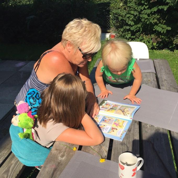 Tussen de middag leest oma voor uit het stripboek van Dolfje Weerwolfje