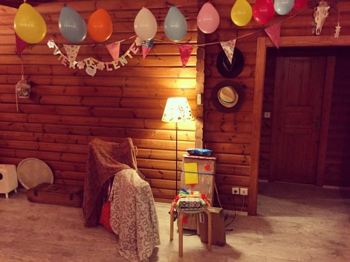 Spannend hoor, dinsdagavond versierden we de hele woonkamer voor ons jarige Jetje