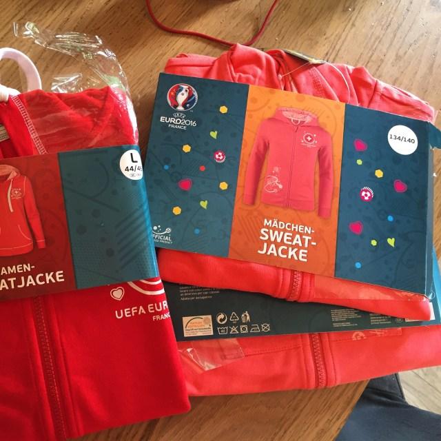 Bij de Lidl koop ik alvast kleding voor het aankomende EK. Wij zijn natuurlijk voor Zwitserland :)