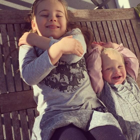 's Ochtends is het schitterend weer en zonnen de meisjes zelfs even op het balkon