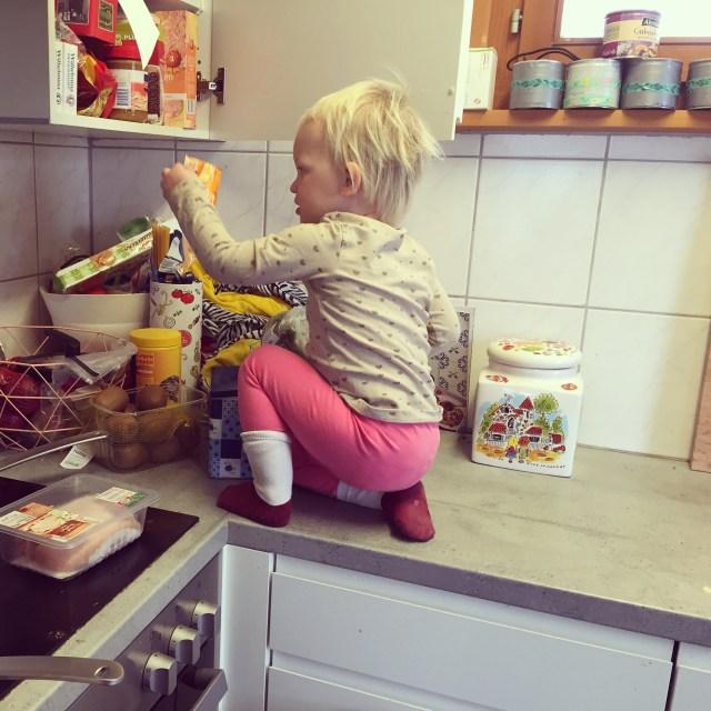 We begonnen 's ochtends eerst met wat boevenstreken. Klom ze zomaar op het aanrecht om snoepjes te zoeken!