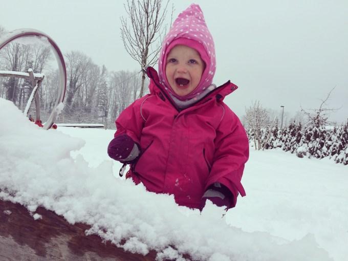 Om te kunnen wippen, moet ze zelf de sneeuw eraf halen.