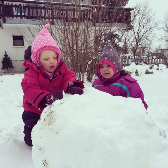 Daarna kwam eva alweer thuis en maakten ze samen een sneeuwpop!