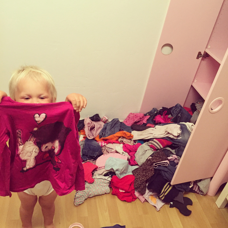 Woensdag zoekt Liza naar dit truitje in haar kast. Toen ik de kamer binnenkwam zei ze: Mevonden!