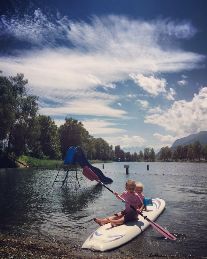 Dinsdag gaan we naar de Baggersee. Het water is ijskoud, maar de kinderen vermaken zich prima!