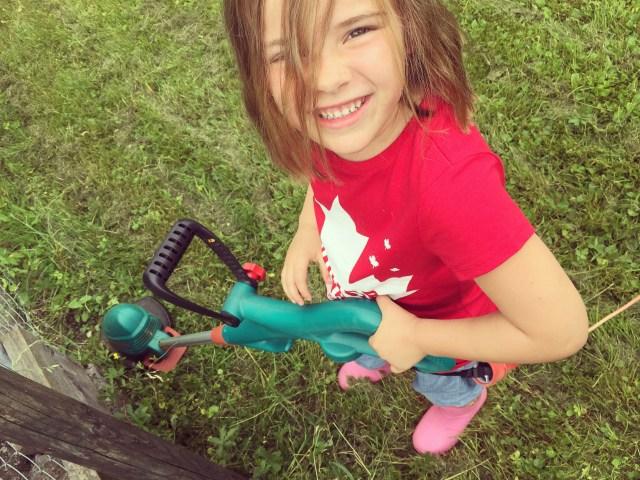 Zaterdag werken we in de tuin en doen papa en mama de boodschappen. Eva helpt ons goed mee (toffe haren!)